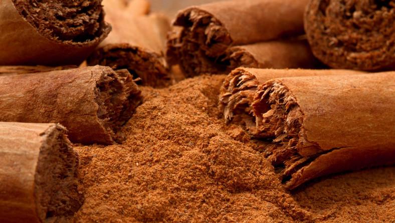 Cynamon dodaje aromatu nie tylko szarlotce i kompotom, ale także duszonym mięsom i sosom. Warto korzystać z pałeczek cynamonu i przed użyciem zetrzeć je na drobnej tarce, by powstał delikatny pył