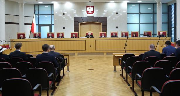 Prezes Andrzej Rzepliński oraz sedziowie TKna sali rozpraw. Trybunał zajął się ustawą o gruntach warszawskich.