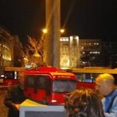 Tokom protesta na Studentskom trgu otkriven SPOMENIK TROLEJBUSU 28