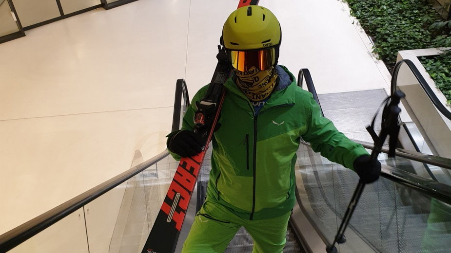 Protestujący w pełnych strojach narciarskich i sprzętem w ręku pojawią się dziś w galeriach handlowych