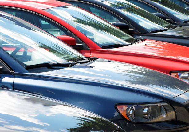 """""""W niektórych przypadkach Exeos wywiązywał się przez 2–3 miesiące z umowy, przelewając od 1,2 tys. zł do 1,8 tys. zł. I tak się to firmie opłacało, bo więcej zarobiła z tytułu opłaty początkowej. W przypadku zakupu pojazdu w zaprzyjaźnionym komisie zysk zwiększał się o różnicę między realną wartością auta a tą ustaloną w umowie. """""""