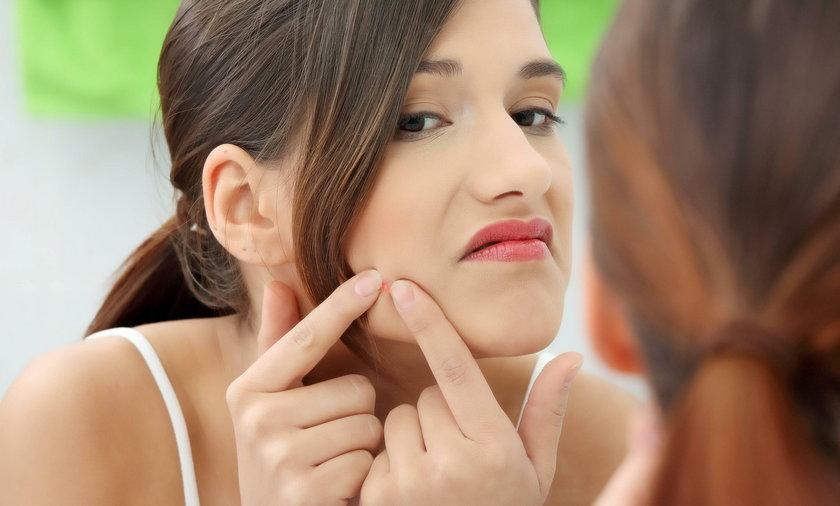 Dermatolodzy ostrzegają! Te domowe sposoby na usuwanie pryszczy mogą ci zaszkodzić
