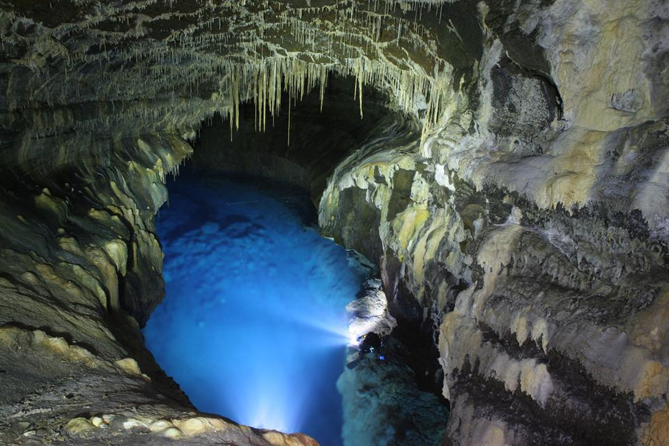 Dzięki wulkanicznemu pochodzeniu wyspy możemy obejrzeć tam również robiące wrażenie jaskinie i tunele lawowe