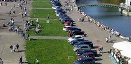 Stadion Śląski bez parkingów. Kierowcy rozjeżdżają osiedle i park