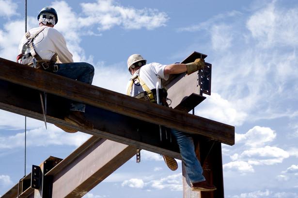 Najczęstszymi przyczynami wypadków są: brak zabezpieczeń przy pracach na wysokościach i wykopach, niewłaściwa koordynacja prac, niedoświadczeni pracownicy, a także brawura i pośpiech.