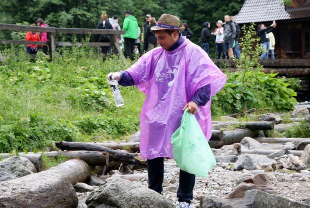 Wolontariusze podczas sprzątania Tatr