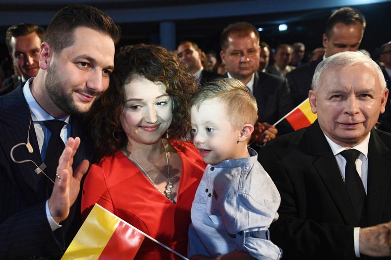 Jarosław Kaczyński, Patryk Jaki z żoną Anną i synem Radkiem podczas spotkania wyborczego PiS w Warszawie.