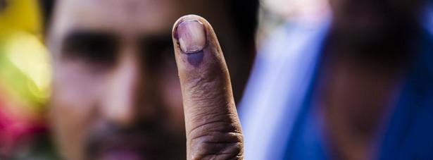 W Indiach zakończyły się wybory parlamentarne - największe wybory na świecie. Odbywały się przez pięć tygodni, a do głosowania było uprawnionych 814 milionów ludzi. Głosowanie trwało tak długo, gdyż ze względów logistyki i bezpieczeństwa podzielono je na dziewięć etapów. Do urn poszło, według ostatnich danych, przeszło 550 milionów ludzi.