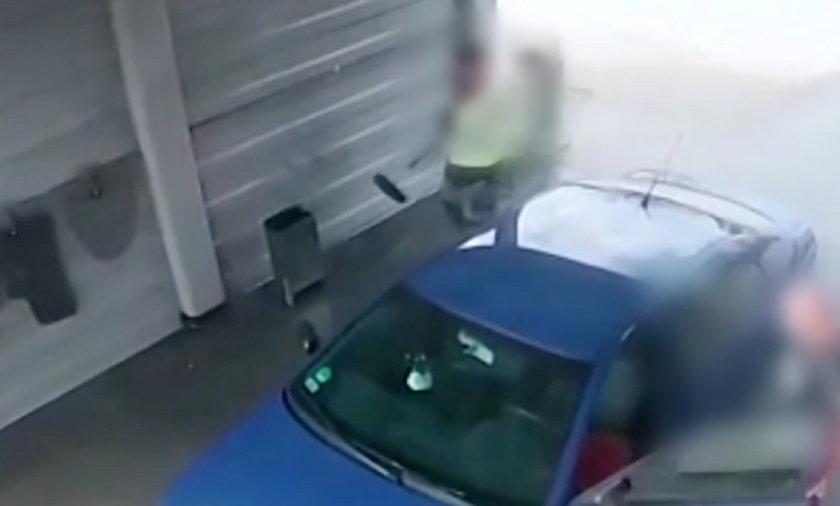 Właściciel skody postanowił umyć samochód. Podjechał na jedną z myjni samoobsługowych we Wschowie (woj. lubuskie). Zaczął spokojnie myć samochód. Nie spodziewał się, że za chwilę będzie musiał walczyć o swoje auto.
