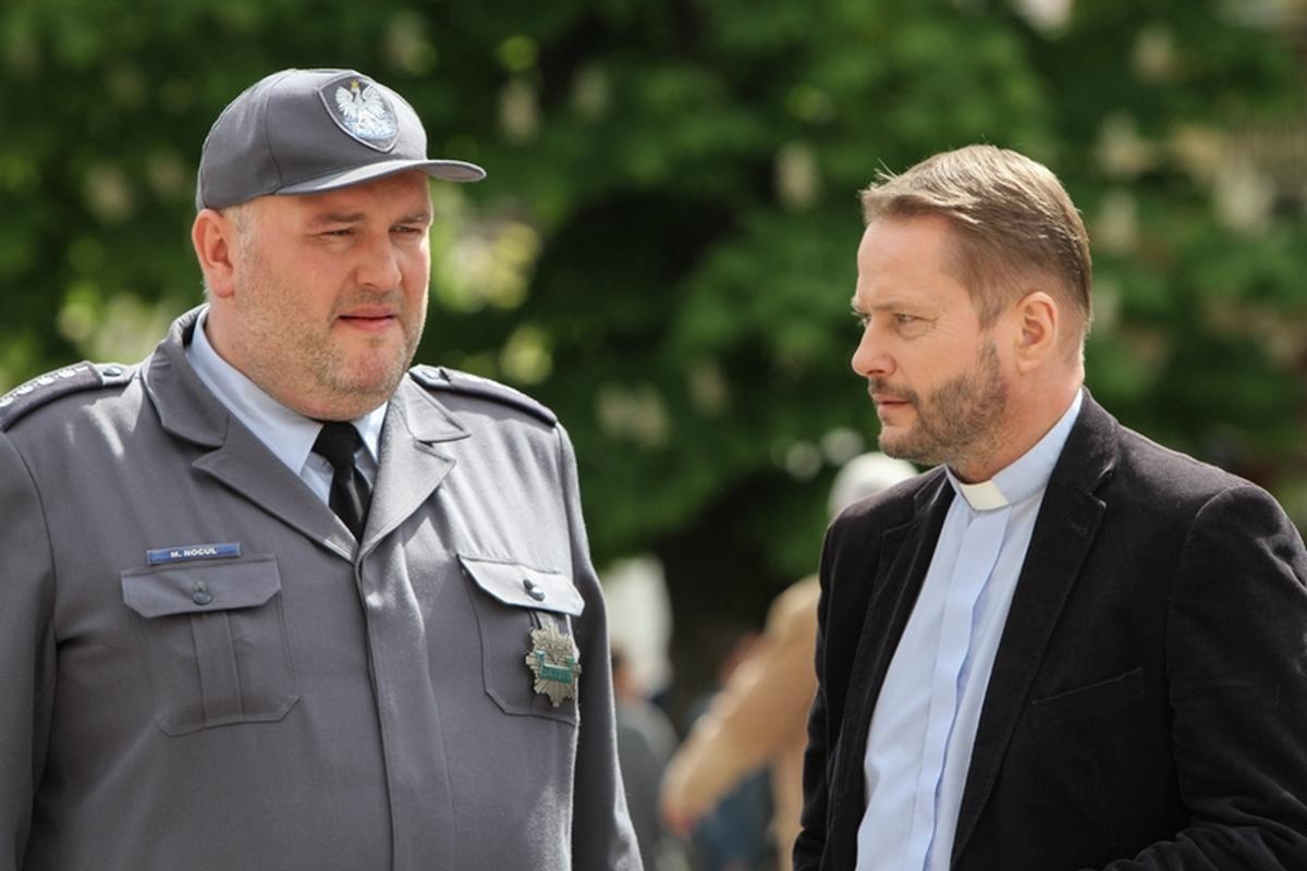 """Tytułowy """"Ojciec Mateusz"""" pomaga policjantom w rozwiązywaniu zagadek kryminalnych"""