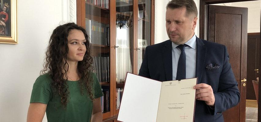 """Minister Czarnek mówi o """"niebywałym chamstwie"""". Wszystko przez jedno zdjęcie z młodą kobietą"""