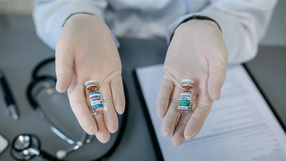 Łączenie różnych szczepionek przeciw COVID-19. Badania wykazują korzyści