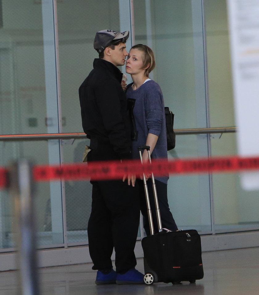 Mateusz Damięcki z dziewczyną na lotnisku