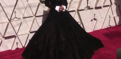 GLUMAC ŠOKIRAO SVE: Pojavio se u glamuroznoj haljini, a onda POKAZAO MUŽA!