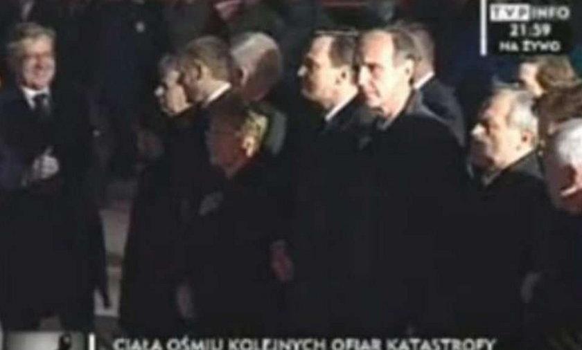 Komorowski śmieje się nad trumnami Ofiar. Wideo