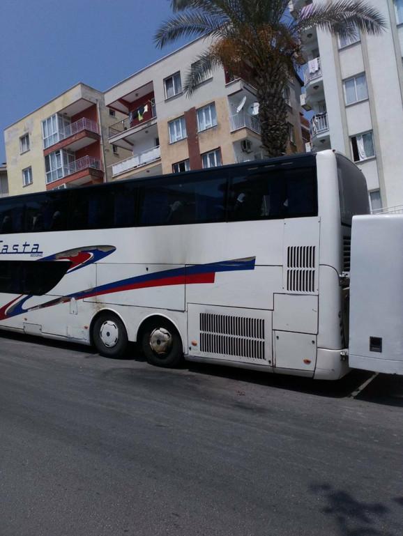 Ostaci gareži na autobusu ispred hotela
