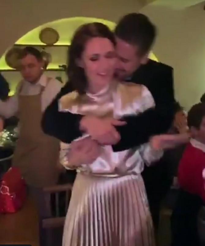Zaljubljeni par pleše uz posebnu pesmu