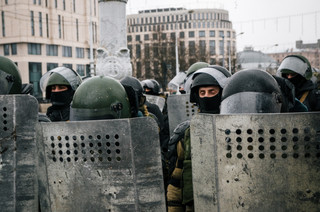 Białoruś: Wyroki kolonii karnej za konfrontację ze służbami bezpieczeństwa