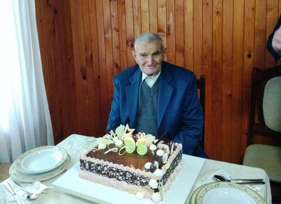 Deda Jovan Ćojbašić iz Ivanjice ugasio 95. rođendansku svećicu