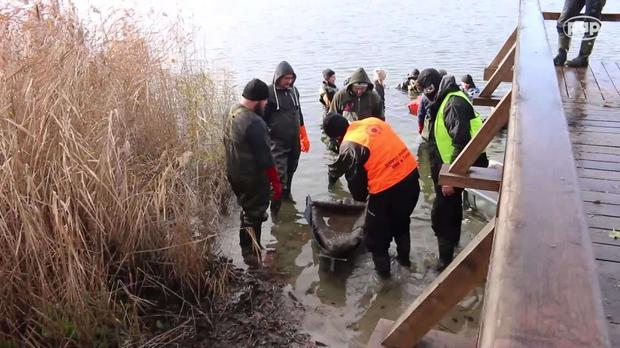 Z dna jeziora Lednickiego wydobyto łódź z X wieku