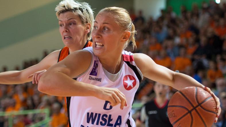 W akcji z piłką Paulina Pawlak (P) z Wisły Can-Pack Kraków obok Jeleny Skerovic (L) z miejscowego CCC w czwartym meczu play off finału ekstraklasy koszykarek