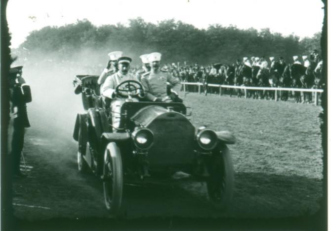 Aleksandar i Đorđe Karađorđević na konjičkim trkama na Banjici
