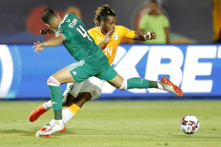 Ivory Coast forward Jonathan Kodjia (R) poised to equalise against Algeria in an Africa Cup of Nations quarter-final in Egypt