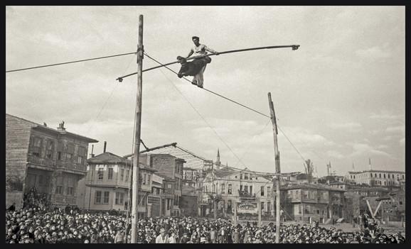 Dvojica akrobata na žici u mahali Mala Ajasofija, Fatih, Istanbul, oko 1930.
