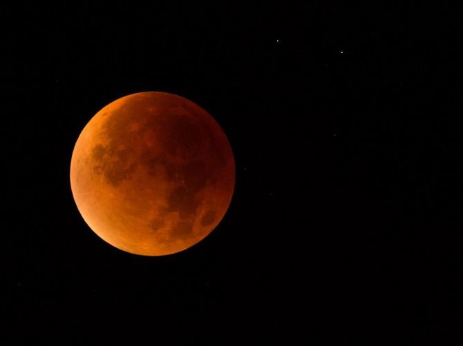 Sutra nas čeka OZLOGLAŠENI KRVAVI MESEC, a astrolozi tvrde da donosi NIZ NEVOLJA! Evo koji će ZNAKOVI proći kao BOSI PO TRNJU!