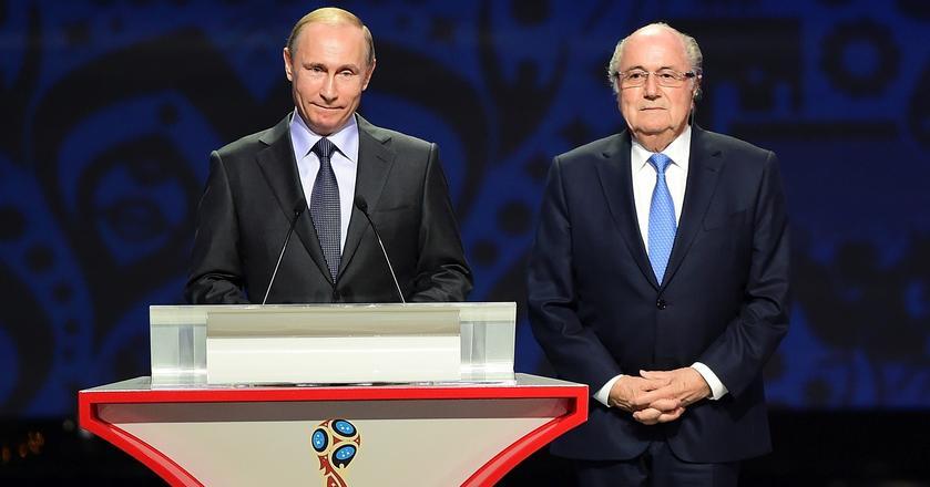 "Prezydent Rosji Władimir Putin i Joseph ""Sepp"" Blatter w 2015 roku"