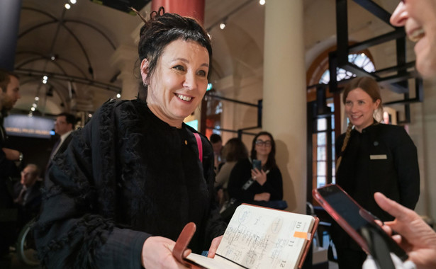 """""""Polska literatura błyszczy w Europie – ma w swoim dorobku już kilka Nagród Nobla, a teraz przyszła pora na kolejną, tym razem dla pisarki o światowej renomie i niezwykle rozległym wachlarzu zainteresowań, łączącej w swej twórczości elementy poezji i humoru. Polska, rozdroże Europy, być może nawet jej serce – Olga Tokarczuk odkrywa historię Polski jako kraju będącego ofiarą spustoszenia dokonanego przez wielkie siły, lecz również posiadającego swoją własną historię kolonializmu i antysemityzmu. Olga Tokarczuk nie ucieka od niewygodnej prawdy, nawet pod groźbą śmierci"""" - mówił Waesterberg."""