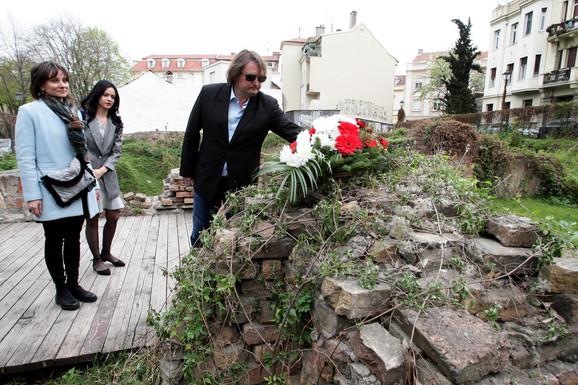 Laslo Blašković položio je cveće na mestu uništene Narodne biblioteke na Kosančićevom vencu