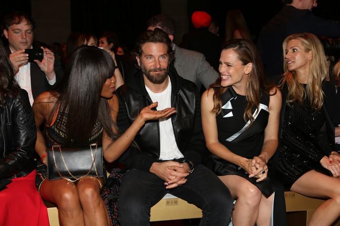 Bredli Kuper sa Naomi Kembel i Dženifer Garner na Pariskoj nedelji mode 2016. godine