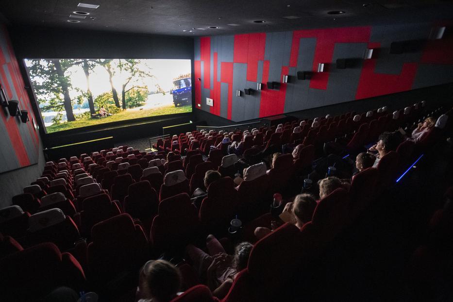 Amikor tavaly nyáron újra megnyíltak a mozik, távolságot kellett tartaniuk a nézőknek  / MTI/Mónus Márton