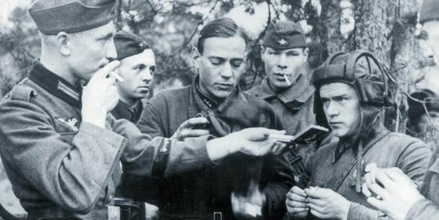 Niemieccy żołnierze XIX Korpusu Armii Heinza Guderiana z wizytą u sowieckich towarzyszy broni z pułku czołgów. Okolice Brześcia, wrzesień 1939 r.