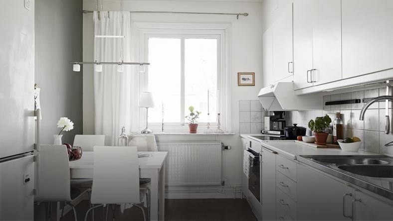 male-mieszkanie-w-szarosciach-i-bieli-3