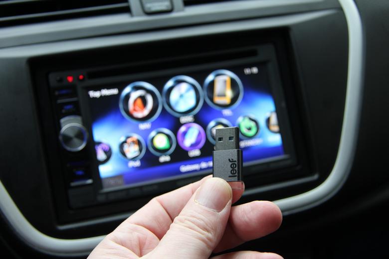 Kenwood dobrze współpracuje z pamięcią USB. Także tej o większej pojemości.