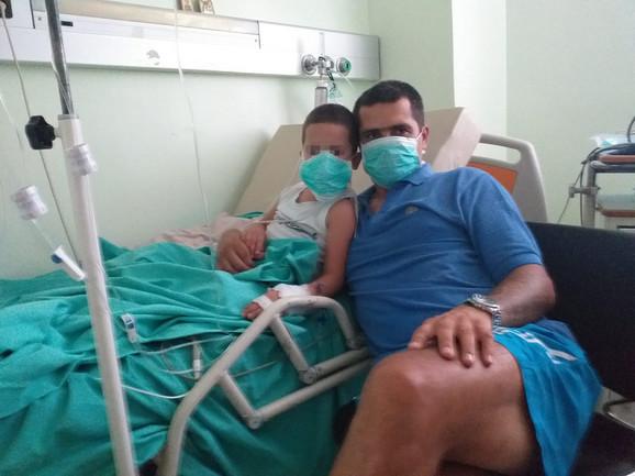 Mali Tadija sa ocem u bolnici u Grčkoj