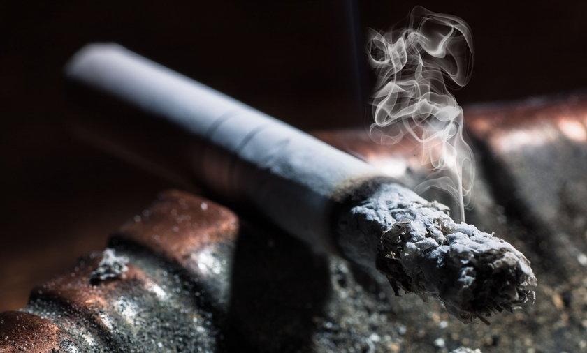 Absurd! Sąd zakazał palenia po południu