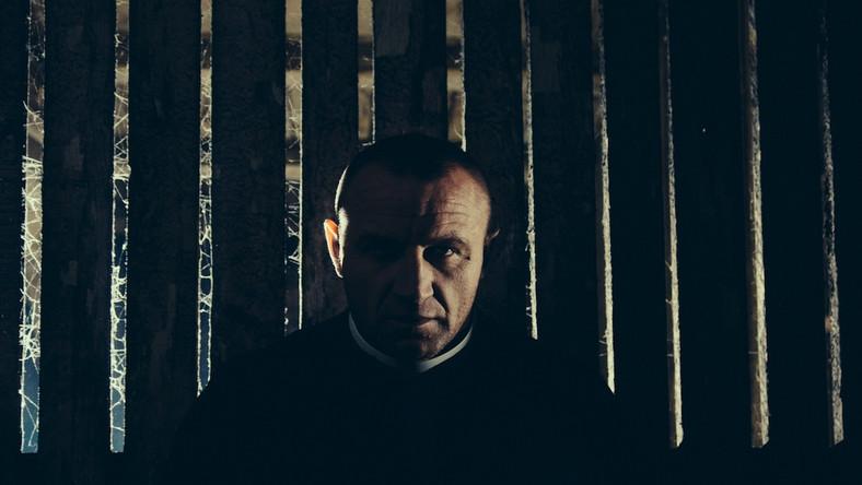 """Mariusz """"Pudzian"""" Pudzianowski jako ksiądz. """"Sąsiady"""", reż. Grzegorz Królikiewicz, rok prod. 2014, fot. Jacek Łukasiewicz ©SF KADR"""