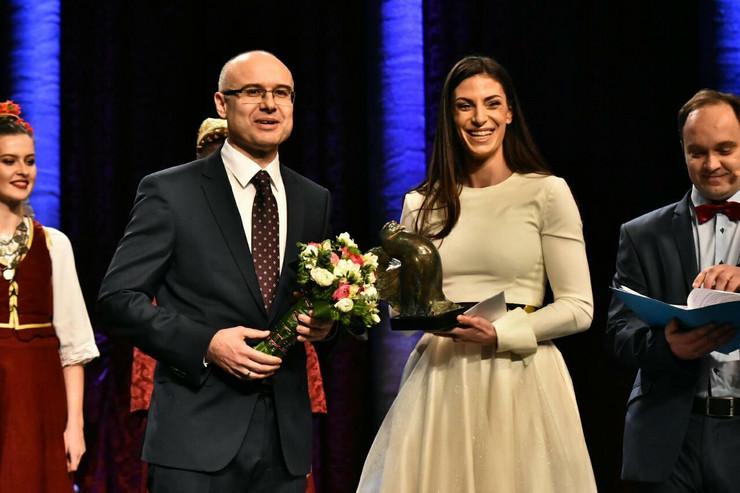 Ivana Španović i gradonačelnik Miloš Vučević na dodeli Februarske nagrade