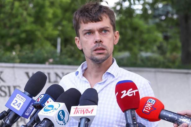 Michał Kołodziejczak podczas konferencji prasowej przed Sejmem