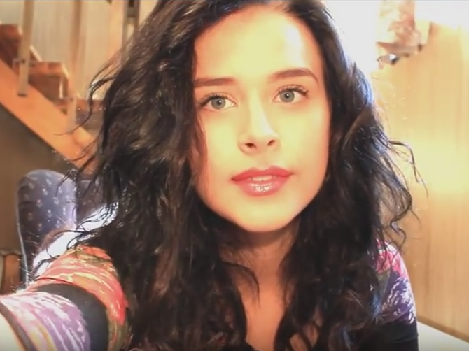 YouTube zvezda OBRIJALA GLAVU u toku videa - a, EVO da li se i pokajala
