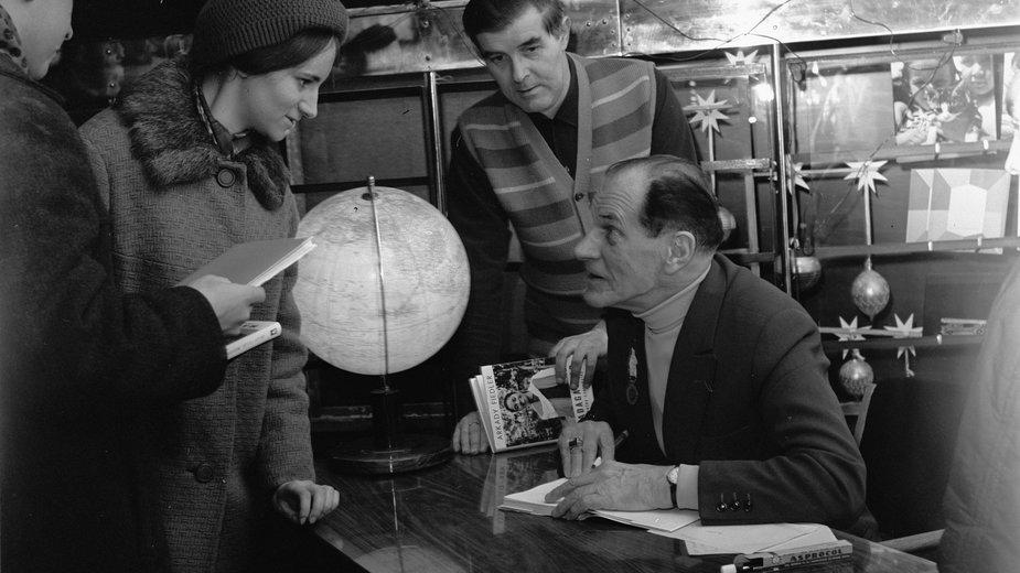 Grudzień 1969 roku, Arkady Fiedler podpisuje swoje książki w księgarni Klubu Międzynarodowej Prasy i Książki