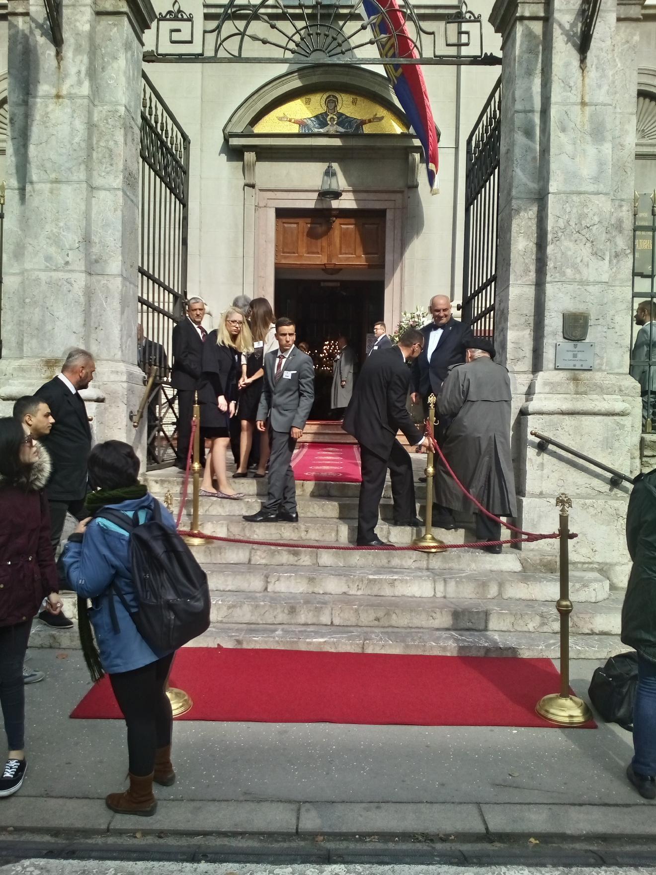 Sat vremena pre venčanja krenulo je da raste uzbuđenje, crveni tepih je bio spreman,a počele su da pristižu i prve zvanice