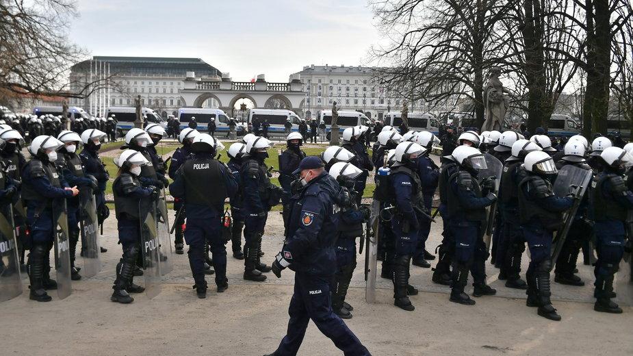 Policja chroniąca obchody 11. rocznicy katastrofy smoleńskiej