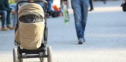 Pijany ojciec z wózkiem zataczał się na chodniku