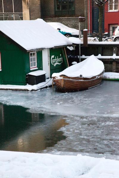 Łódka na kanale w Christianshavn, Kopenhaga