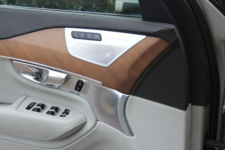 Volvo XC90 średniotonowy i wysokotonowy w drzwiach