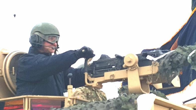 """Prezydent przyjechał do Żagania obejrzeć początek szkolenia żołnierzy polskich razem z amerykańskimi, którzy w styczniu przyjechali do Polski w ramach wzmacniania wschodniej flanki NATO. """"To bardzo ważny dzień. Przybyłem tutaj do Żagania z radością po to, aby powitać naszych gości i sojuszników, dowódców i żołnierzy armii Stanów Zjednoczonych"""" - powiedział prezydent. Dodał, że ogromnie się cieszy, """"możemy być tutaj w tej chwili, która (...) jest chwilą dziejową""""."""